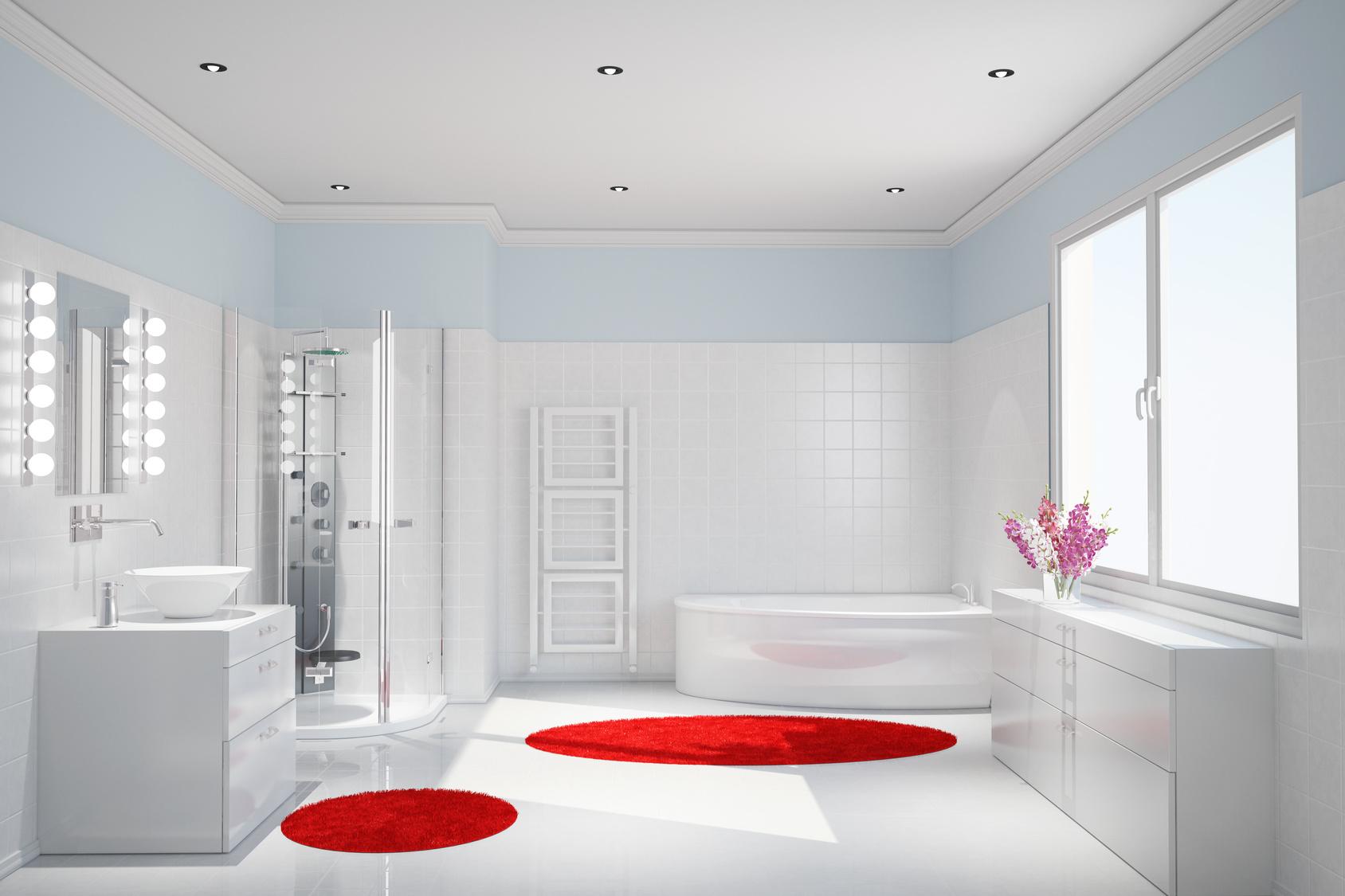 Modernes weißes Badezimmer mit Dusche und Badewanne